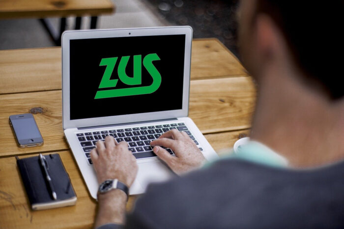 Biuro z laptopem i logo ZUS