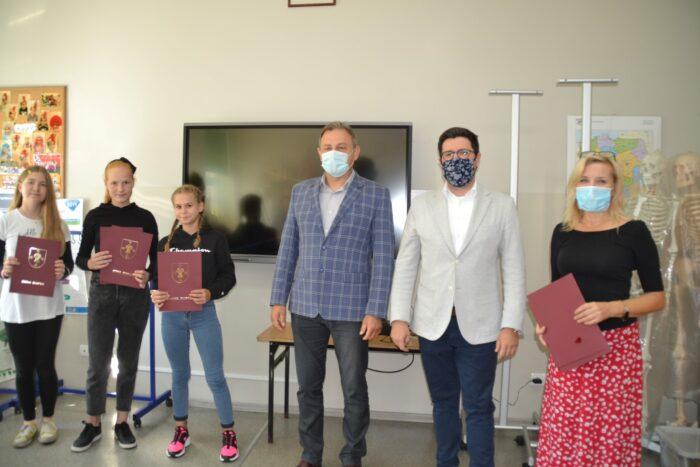 Na zdjęciu znajdują się Zastępca Wójta Gminy Słupca Cezary Przybylski, Przewodniczący Rady Gminy Jerzy Kopczyński oraz Dyrektor Szkoły Podstawowej w Cieninie Kościelnym wraz z uczniami, którzy odebrali stypendium