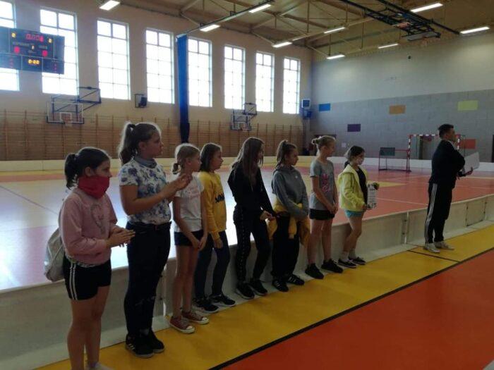 Drużyna dziewcząt ze Szkoły Podstawowej w Młodojewie