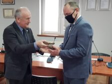 Na zdjęciu Prezes Unii Wielkopolan Paweł Leszek Klepka wręcza nagrodę Sławomirowi Wesołkowi