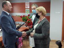 Na zdjęciu Sławomir Wesołek przyjmuje gratulacje od władz gminy Słupca