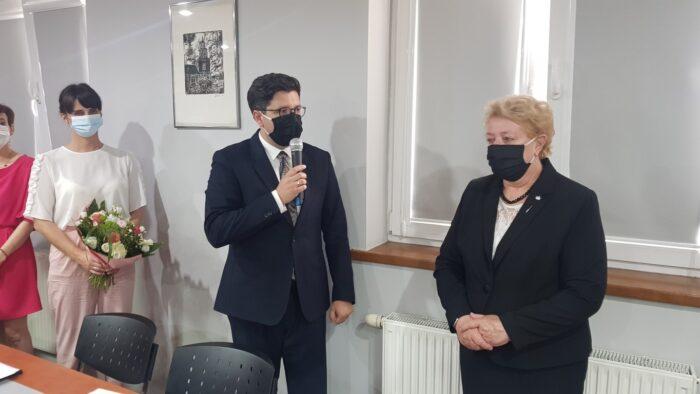 Zastępca Wójta Gminy Słupca Cezary Przybylski gratuluje udzielonego absolutorium Wójt Gminy Słupca