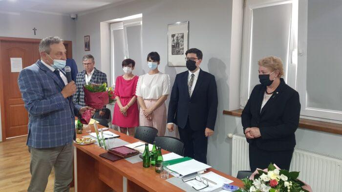 Przewodniczący Rady Gminy Słupca Jerzy Kopczyński gratuluje Wójt Gminy Słupca otrzymanego absolutorium